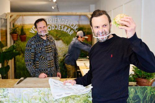 SAMUEL LEVIE EN VOGELBESCHERMING NEDERLAND OPENEN VOGELVRIENDELIJKE BROODJESBAR