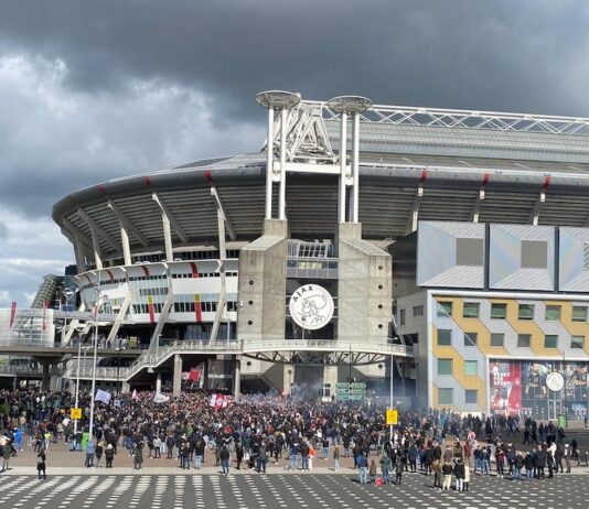 Uitzinnige Ajax-fans vieren 35e landstitel naast Johan Cruijff ArenA