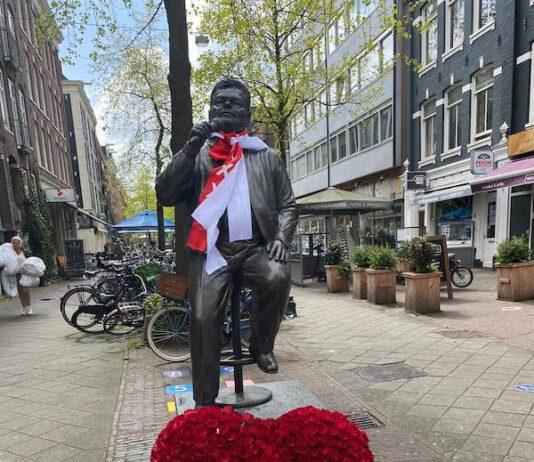 Beeld Andre Hazes op de Albert Cuypmarkt kleurt rood/wit