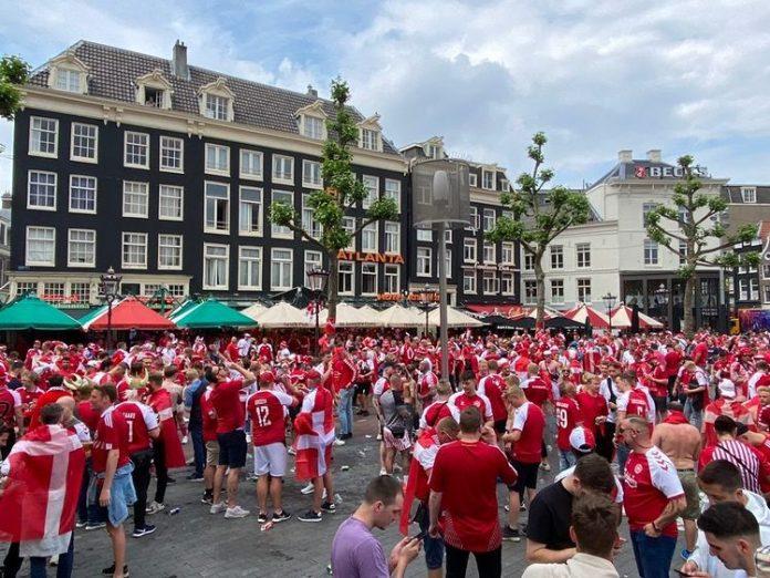 Fans Denemarken vieren feest op Rembrandtplein