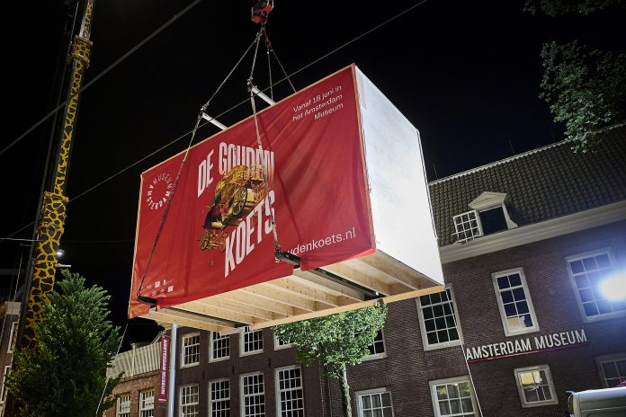 Gouden Koets over Amsterdam Museum heen getakeld