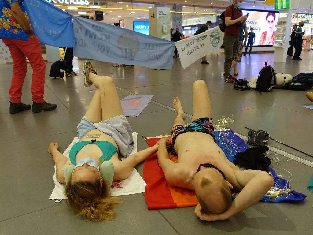 """Actievoerders organiseren feestje achter douane op Schiphol: """"Dit is nog goedkoper dan naar de kroeg gaan!"""""""