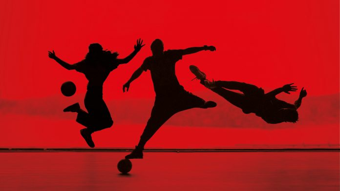 ODE AAN VOETBAL IN THEATERVOORSTELLING FTBLL - CAN YOU KICK IT