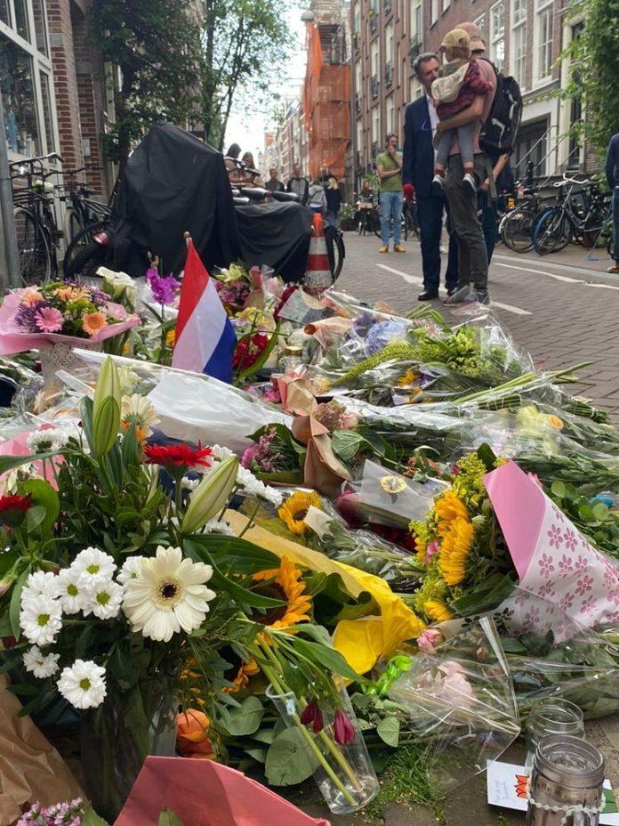 Bloemenzee op plek waar Peter R. De Vries is neergeschoten