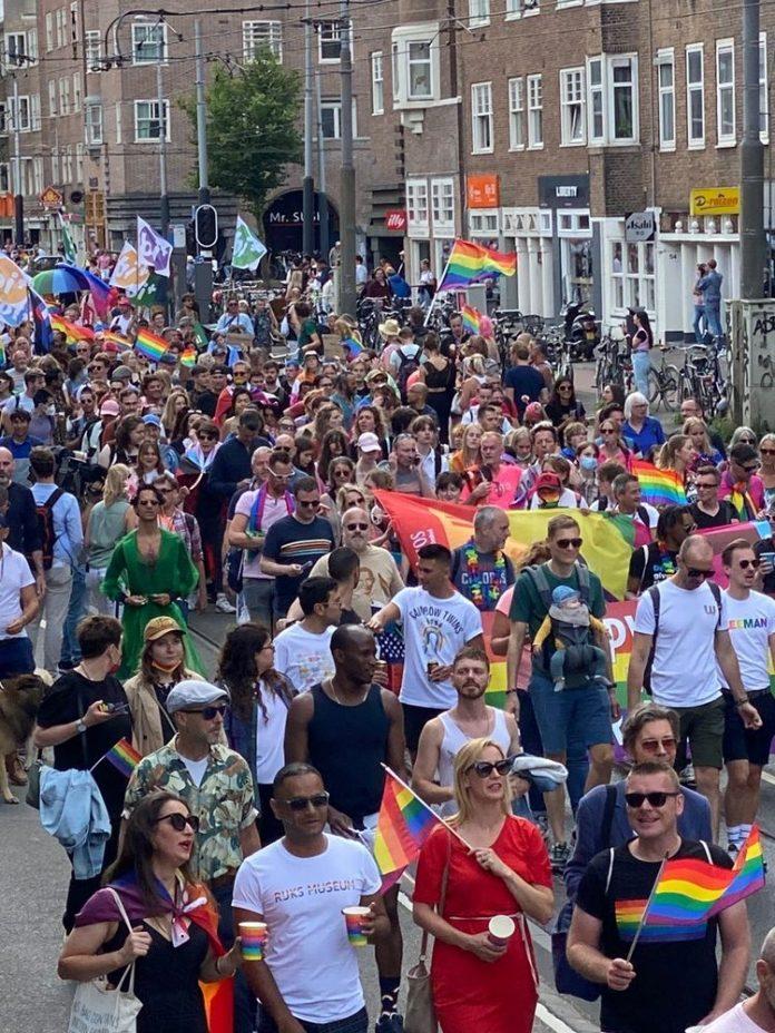 Geweldige mensenmassa bij Pride Walk door Amsterdam