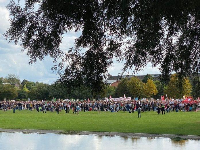 Goed bezochte demonstratie in Amsterdam tegen huidige woonbeleid